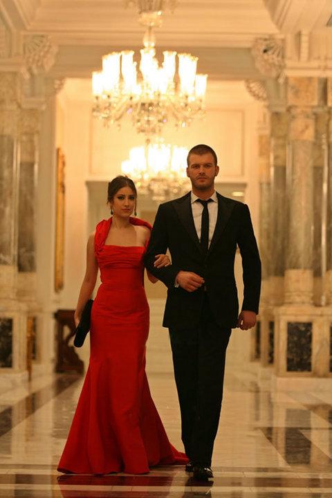 24f393d67732a فستان نهال الأحمر في المسلسل التركي العشق الممنوع