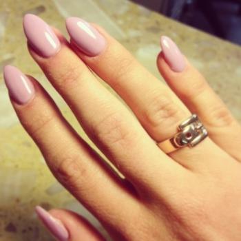 hot nail trend almond shaped nails  arabia weddings