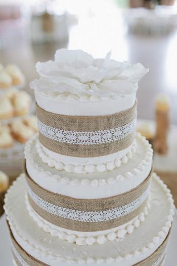 burlap_and_lace_wedding_cake