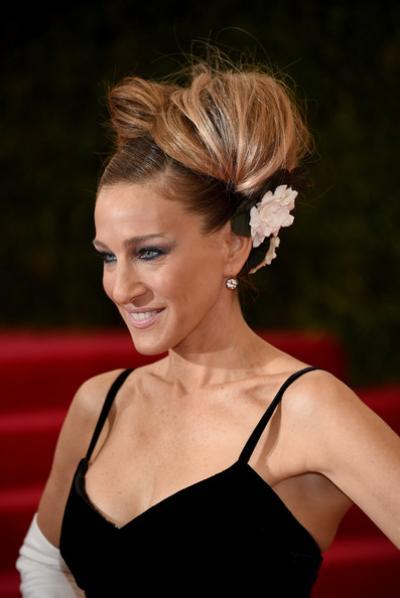 sarah-jessica-parker-retro-flower-hairdo