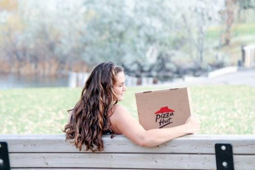 engagement_photo_shoot_with_pizza
