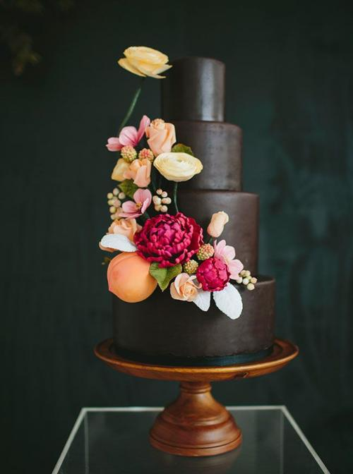 chocolate_wedding_cake_and_colored_flowers