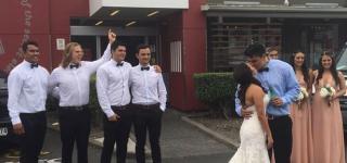 عروسان يحتفلان بزواجهما خارج مطعم كنتاكي للوجبات السريعة