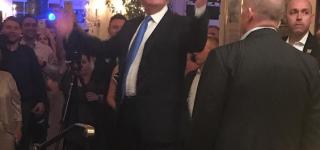 دونالد ترامب يقتحم حفل زفاف ويفاجئ العروسين والمدعوين