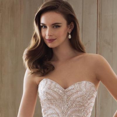 تسريحات عروس مناسبة بحسب ياقة الفستان