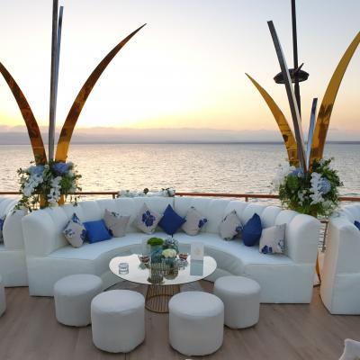 حفل زفاف بدرجات اللون الأزرق في البحر الميت الأردن