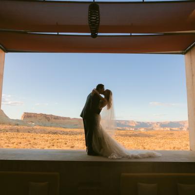 دي جي تيستو يقيم حفل زفافاً في الصحراء من تنظيم كولين كوي