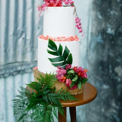 8 Stunning Wedding Cakes For Summer