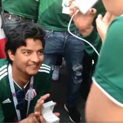 مكسيكي يطلب الزواج من صديقته احتفالًا بالفوز على ألمانيا