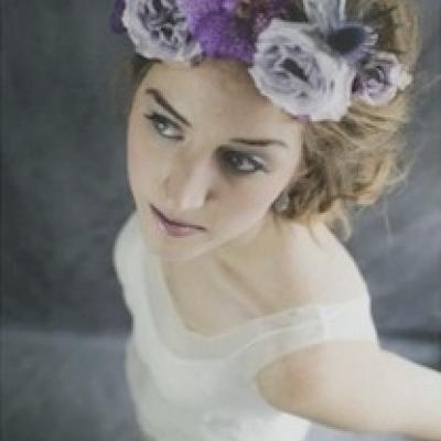 أفكار رائعة لتزيين شعر العروس بالأزهار