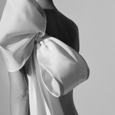 أجمل 5 فساتين زفاف مزينة بالفيونكات لربيع 2018