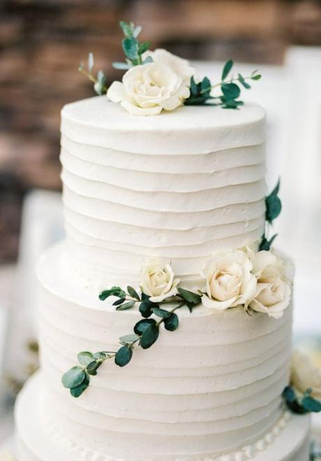 كيكات الزفاف المفضلة لدينا باللون الأبيض الأنيق