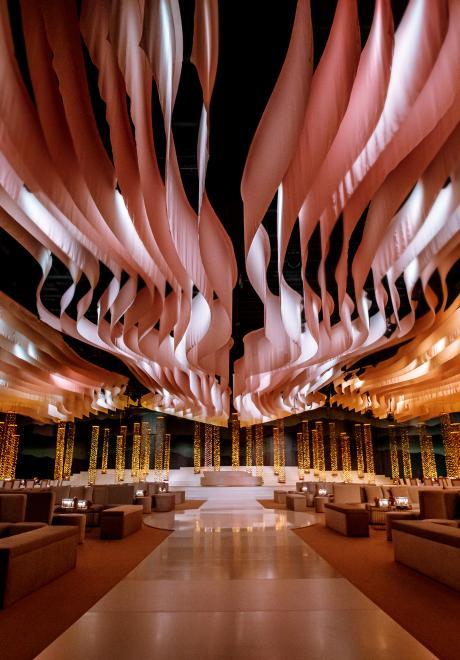 حفل زفاف فاخر من وحي الشفق القطبي في دبي