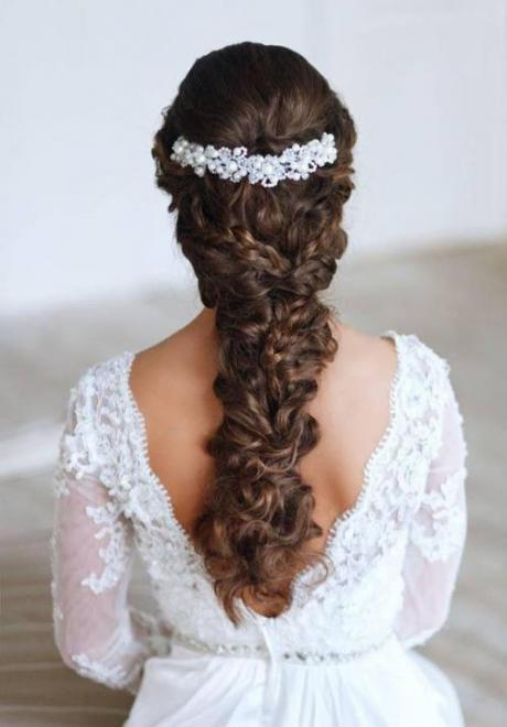 Stunning Bridal Hairdo For Curly Hair