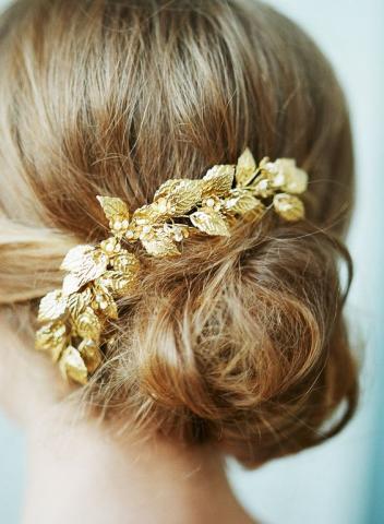 أجمل إكسسوارات الشعر ببريق الذهب لعروس تخطف الأنظار