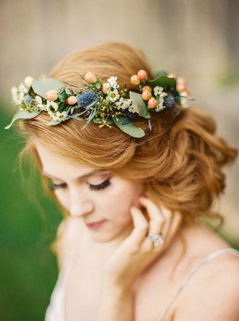 أفكار رائعة لتزيين شعر العرايس بالأزهار