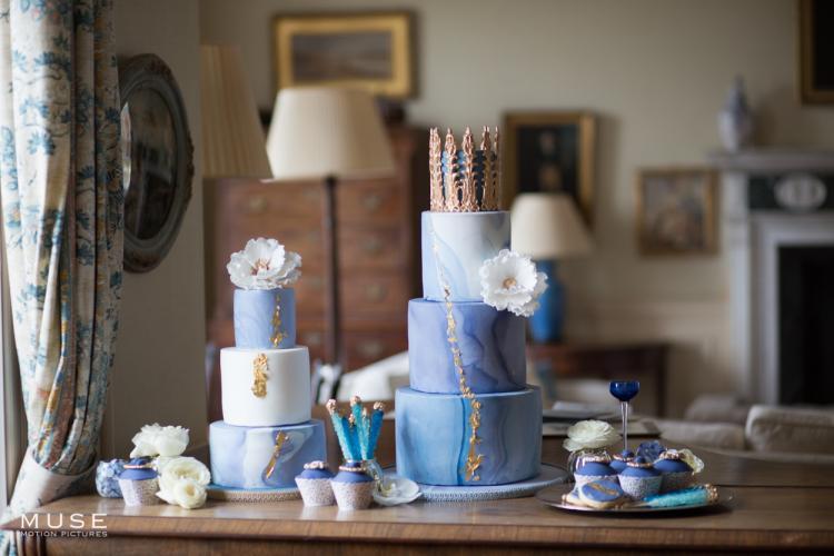 كيكة الزفاف باللون الأزرق