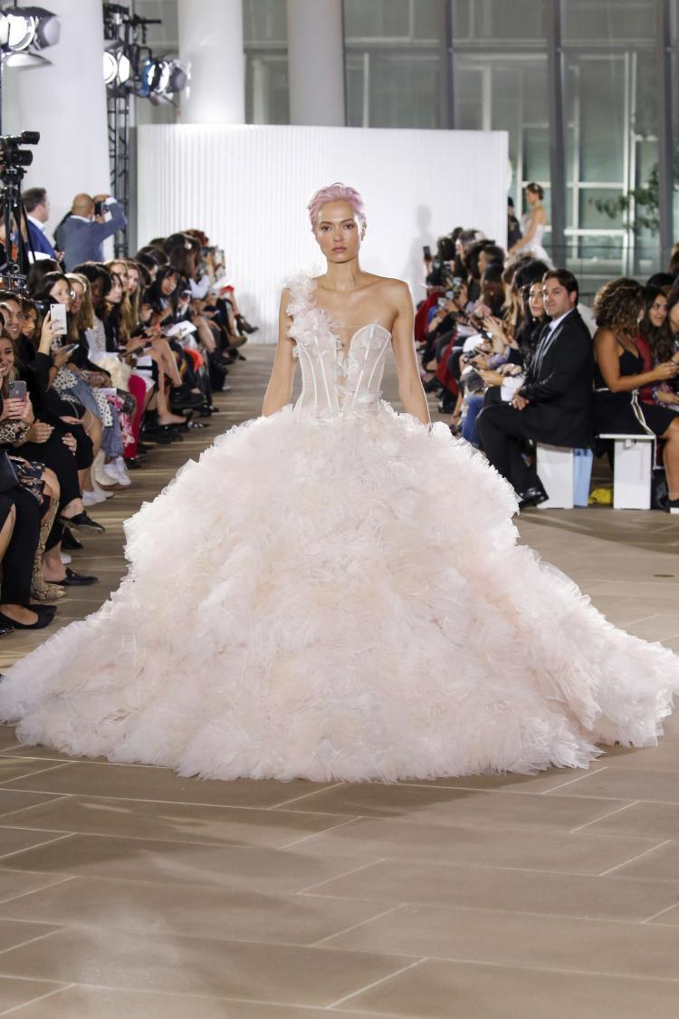 فستان زفاف من تصميم إينيس دي سانتو