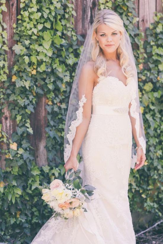 طرحة العروس التي يصل طولها إلى أطراف الإصابع