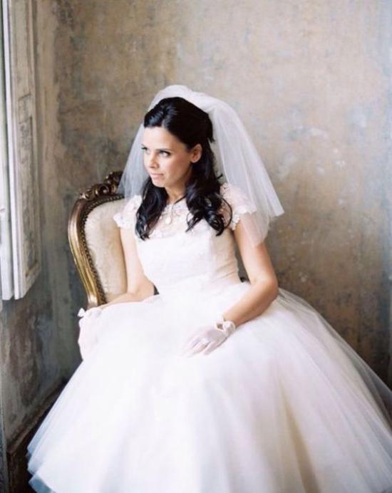 طرحة العروس التي يصل طولها إلى الأكتاف