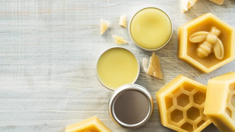 شمع العسل وجوز الهند لترطيب الشفاه