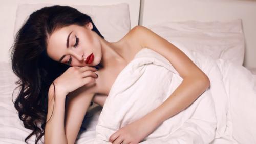النوم دون إزالة المكياج