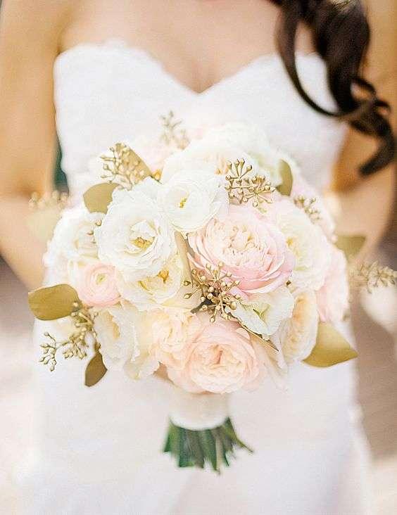 مسكة عروس مزينة بأوراق ذهبية