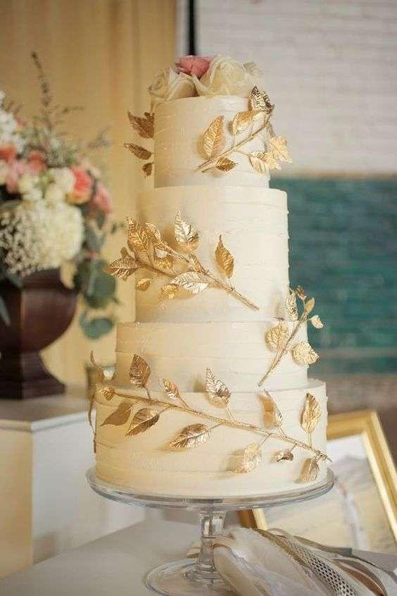 كيكة زفاف مزينة بأوراق ذهبية