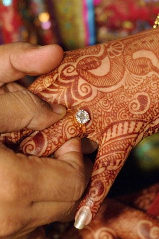 Saudi Man Marries Russian Woman in Hindu Ceremony