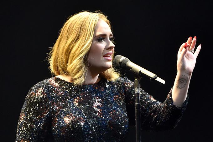 Video: Adele Spots a Proposal During Her Performance