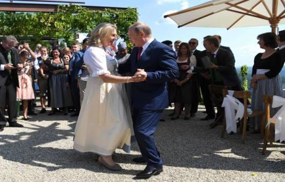 Putin Dances at Austrian Minister Wedding