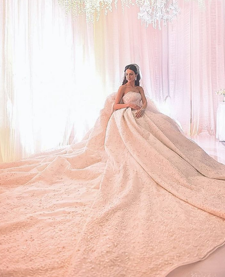 5 Wedding Dresses with Outstanding Trains