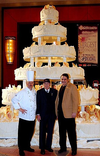 worlds largest wedding cake guinness world record weddings arabia weddings 27634