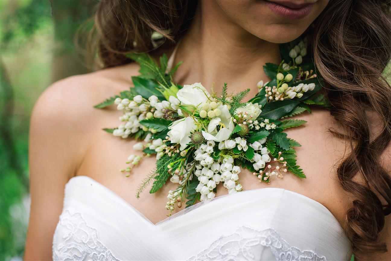 bridesmaids corsage alternatives arabia weddings. Black Bedroom Furniture Sets. Home Design Ideas