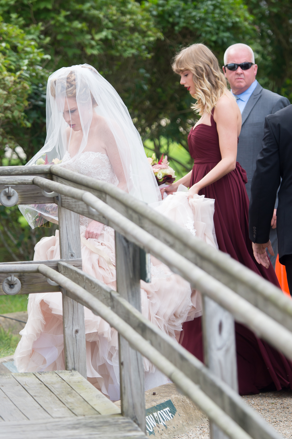 Taylor swift was a bridesmaid at her friends wedding arabia weddings taylor swift bridesmaid1g ombrellifo Images